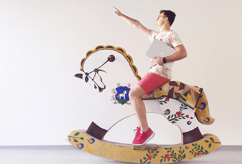 Looks ma, i'm on a horse!